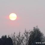 Zapadající slunce nad sídlištěm