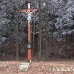 Bílá ozdoba u kříže pod Obecníkem