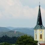 Věž zuberského kostela a rožnovská Jurkovičova rozhledna